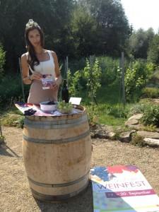 Zeitzer Weinprinzessin Daniela I. wirbt für ihr Fest