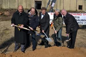 Rainer Bomba (l.), Arnd Czapek (2.v.l.), Heinz Borde (2.v.r.) und Dr. Volkmar Kunze (r.) beim Spatenstich