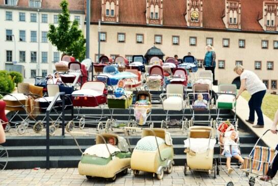 Vorsicht, Frau mit Kinderwagen!