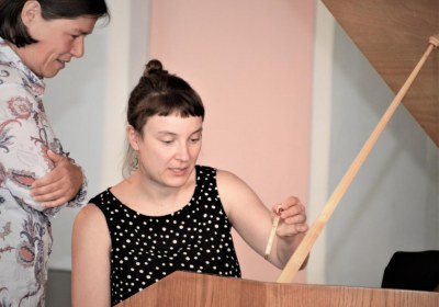 Babett Hartmann stimmt das Cembalo