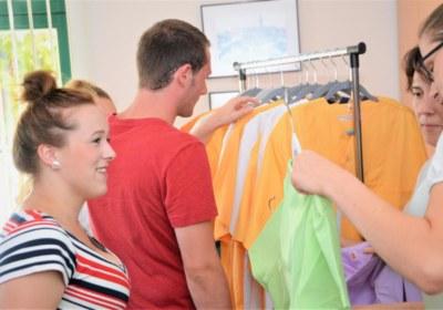 Anprobe der Dienstkleidung