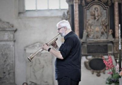 ein Meister erklärt sein Instrument