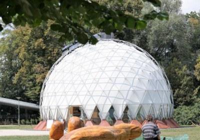 zwei mit gleicher Botschaft-Glasarche und Klimapavillon